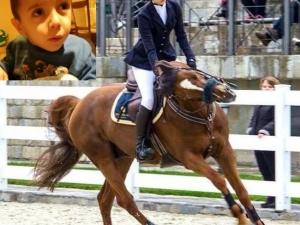 Млада майка осигурява безплатни часове по хипотерапия и езда за малкия Стоян
