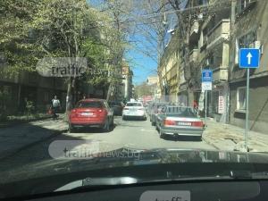 Пловдивчани не познават знаците, затапиха улица до данъчното СНИМКИ
