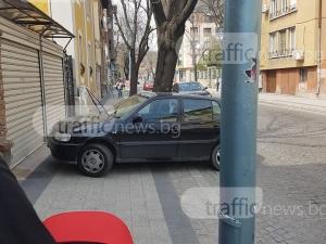 Наглец превзе тротоар на метри от Общината, майка с количка маневрира по шосето СНИМКА