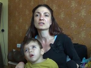 Мъж купува билетите на малкия Стоян и майка му за Индия ВИДЕО