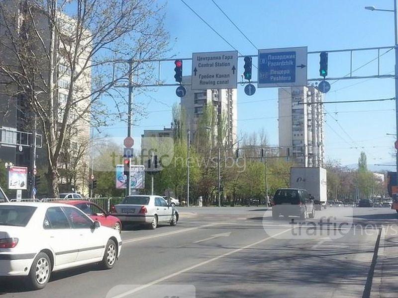 На косъм от инцидент! Опел хвърчи с над 100 километра в Пловдив, минава на червено СНИМКA