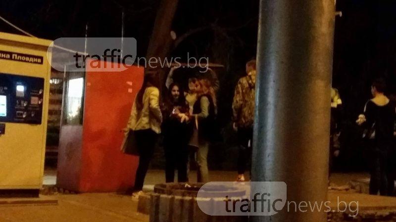 Вандало-романтика в Пловдив: Младежи чупят пейки, девойки си правят селфита СНИМКИ и ВИДЕО