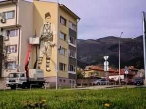 Пловдивчани изрисуваха Левски върху блок в Карлово, местните негодуват СНИМКА