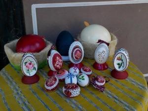 Самоука майсторка бродира гоблени... на черупки от яйца
