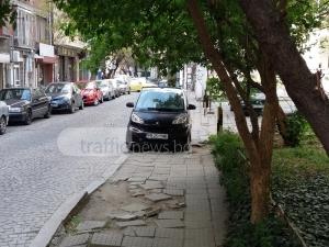 """Шофьор прати пешеходци по паветата, паркира """"за малко"""" на тротоар в центъра на Пловдив СНИМКА"""