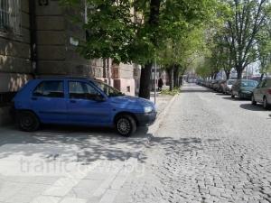 Пловдивчанин смая с иновация в паркирането! Пък и е естет и въобще не е егоист СНИМКИ
