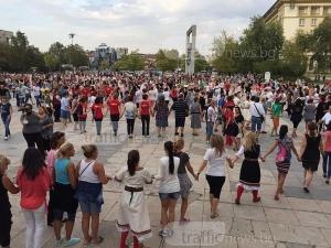 Народно шествие! Пловдивчани се хващат на хоро от Джумаята до Тримонциум