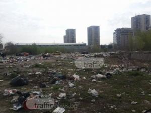 Боклуци и смрад на метри от жилищата на пловдивчани! Багери бутнаха незаконни ромски постройки СНИМКИ
