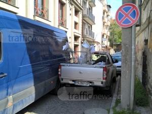 Знаците в Пловдив сякаш са невидими: Пикап и коли задръстиха улица в центъра СНИМКА