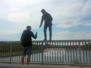 За няколко лайка повече: Младеж се качи на парапета на моста на Панаира за снимка СНИМКИ
