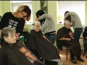 Фризьорки от Пловдив се грижат за самотни хора от старчески дом ВИДЕО