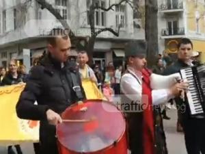 Народна музика огласи Главната на Пловдив, изви се хоро ВИДЕО