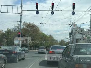 Водач мина на червено, заклещи се в средата на кръстовище в Пловдив СНИМКА
