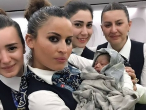 Бебе се роди на борда на самолет! Екипаж и пътници помагат СНИМКИ