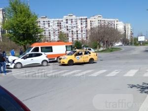 Тежка катастрофа в Пловдив! Такси и рено се удариха челно, има ранен пътник