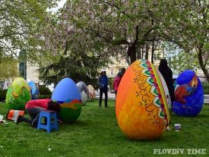 Изписани яйца с човешки ръст се излюпиха в Пловдив СНИМКИ