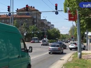 Камикадзета! Десетки пловдивски коли минават на червено на две невралгични кръстовища ВИДЕО