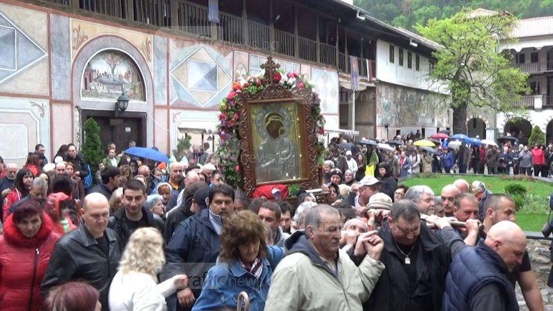Въпреки дъжда: Хиляди се стекоха в Бачково и понесоха чудотворната икона СНИМКИ