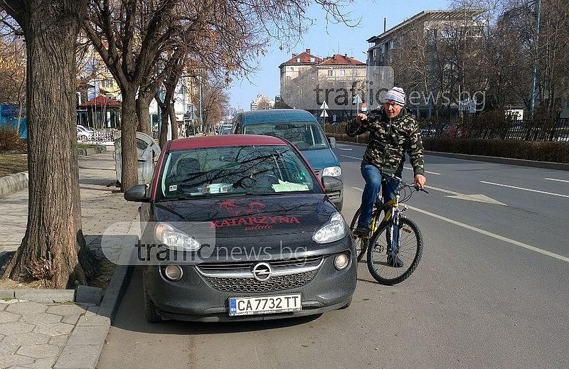 """""""Дама"""", блокирала велоалея, нападна с обиди колоездач в Пловдив, била в правото си СНИМКИ"""