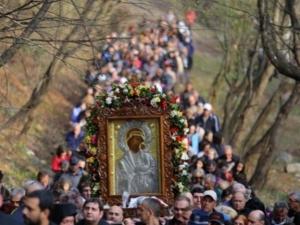 Хиляди вярващи се стичат в Бачково - изнасят Чудотворната икона!