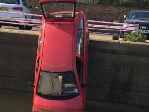 Смело към водата: Пиян заби колата си в река