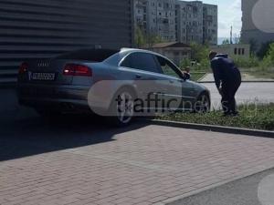 Ауди се заклещи на паркинг в Кючука, шофьорът реши да избегне задръстване ВИДЕО