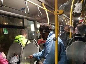 Млад мъж кръстоса погледите на пътници в автобус! Извади си салатката и мастичката и...