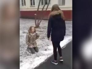 Поредна агресия! Ученичка жестоко наби и унизи момиче ВИДЕО