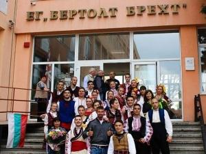 Абитуриенти изненадаха класния си ръководител с носии и народни песни СНИМКИ