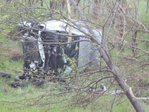 Младеж пострада при удар в дървета с колата си