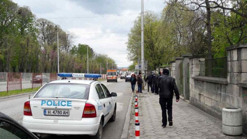 Ученичка падна от прозорец на езиковата гимназия СНИМКА