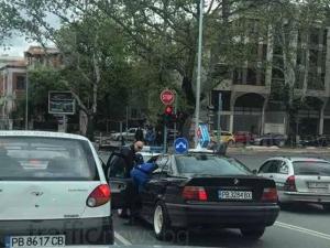 """Кола на пица Доминос се заби в патрулка на """"Гладстон"""" СНИМКИ"""