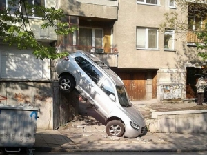 Пълен абсурд: Джип полетя и се приземи при съседите