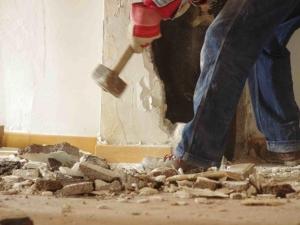"""Български """"баш майстор"""" разби цял апартамент, който ремонтирал, след като бе уволнен"""