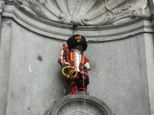 Облякоха символа на Белгия Манекен Пис в българска народна носия СНИМКИ
