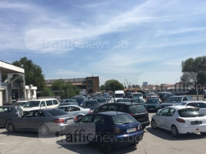 """Пловдивската полиция слага край на опашките и """"запазените"""" места пред КАТ"""