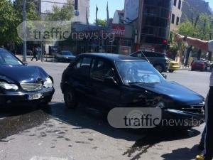 Катастрофа преди моста на Герджика! Мерцедес помля друг автомобил СНИМКИ