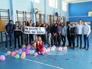 Най-красивата класна в Пловдив получи покана за бала от учениците си СНИМКИ