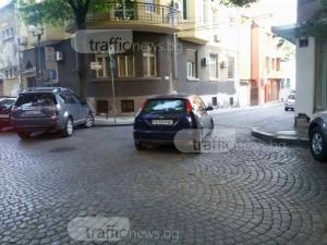 Фокусник смая всички с блестящо паркиране - в средата на улица в Пловдив СНИМКИ