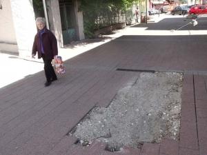Огромна дупка зее втори месец в туристическата зона на Пловдив СНИМКИ