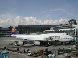 Евакуираха летище в Берлин заради съмнителен пакет