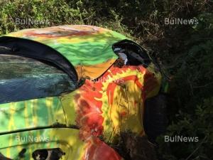Млада дама с пловдивска фирмена кола се размаза в шахта на пътя