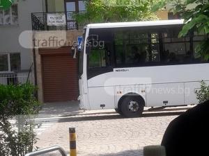 Шофьор на автобус похапна пица, пътниците негодуват СНИМКИ
