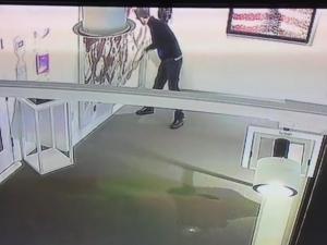 Вандал унищожи картина за 3 милионa долара ВИДЕО
