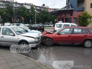 Челен сблъсък до Кауфланд в Пловдив! Двама души са в болница СНИМКИ
