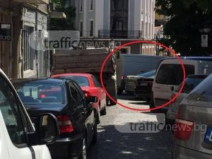 Софийски бус задръсти улица в Пловдив СНИМКИ