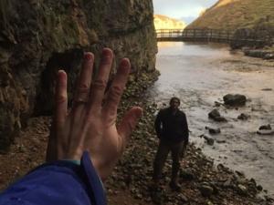 Уникално предложение за брак: Жена носи пръстена си една година, без да подозира ВИДЕО