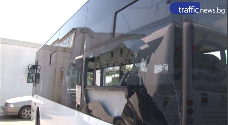 """Пак """"отстреляха"""" автобус в Пловдив! Кой и докога? ВИДЕО"""