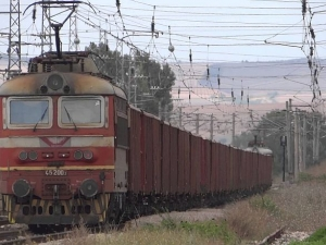 Товарен влак прегази жена, седнала на релси