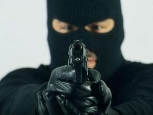 Въоръжен мъж нахлу в бензиностанция, служител го задържа